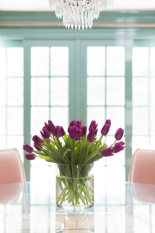 AP.Stunning-tulip-arrangement-in-dining-room